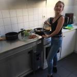 Alessandra s'active en cuisine