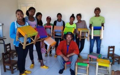 Formation au tissage de  tabourets à la sècherie Tsinjo