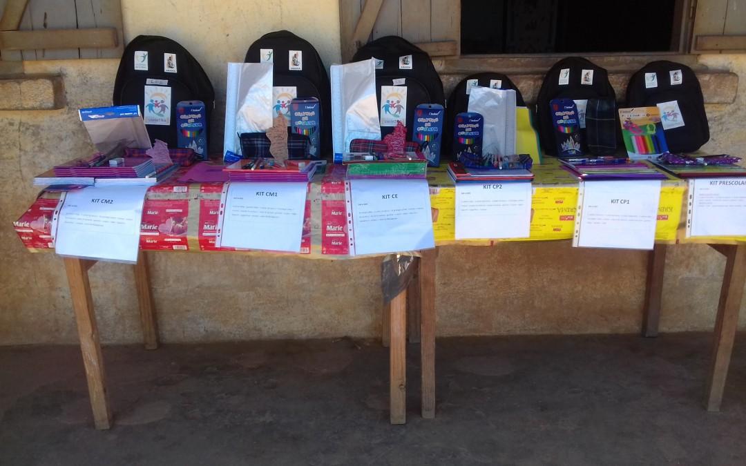 Distribution des 1ers kits scolaires à Ankarefo et Tsitakondaza